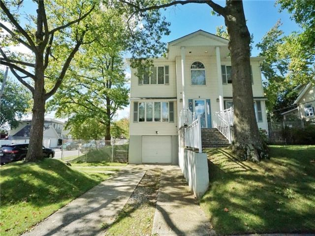5 BR,  3.00 BTH Single family style home in Arden Heights