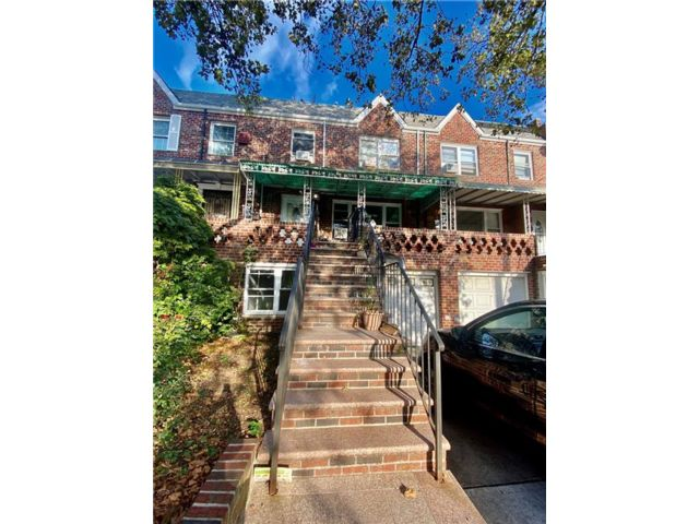 4 BR,  2.50 BTH Multi-family style home in Dyker Heights