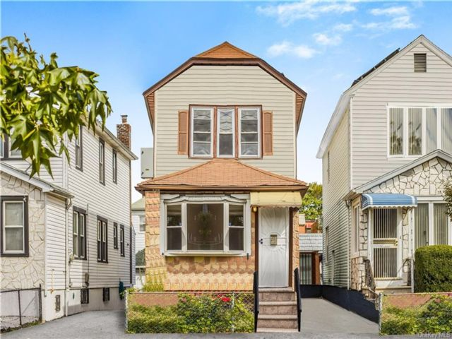 4 BR,  3.00 BTH Other style home in Wakefield