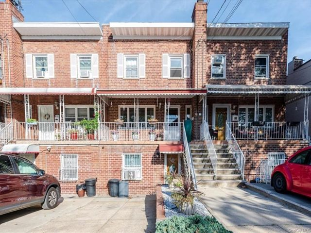 4 BR,  3.00 BTH Colonial style home in Parkchester