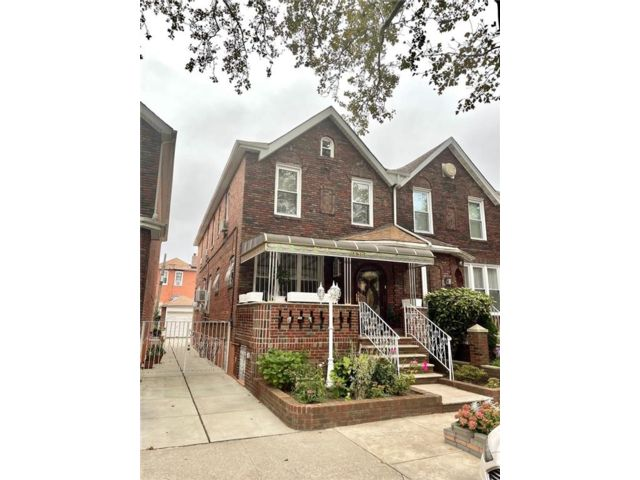 4 BR,  4.00 BTH Single family style home in Flatlands