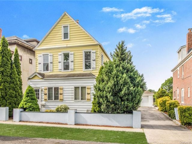 4 BR,  2.00 BTH Trilevel style home in Yonkers
