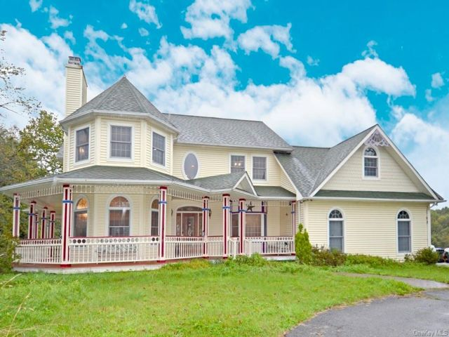4 BR,  4.00 BTH Colonial style home in Blooming Grove