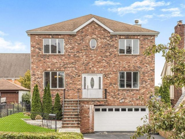 4 BR,  4.00 BTH Colonial style home in Yonkers