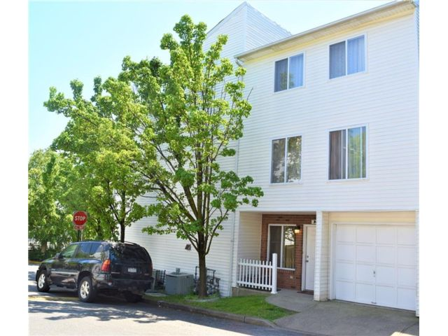 2 BR,  3.00 BTH Single family style home in Arden Heights