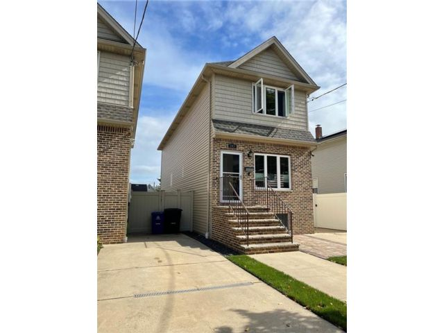 3 BR,  4.00 BTH Single family style home in Mariners Harbor