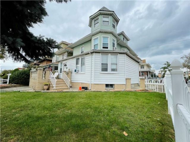 4 BR,  4.00 BTH Multi-family style home in Dyker Heights