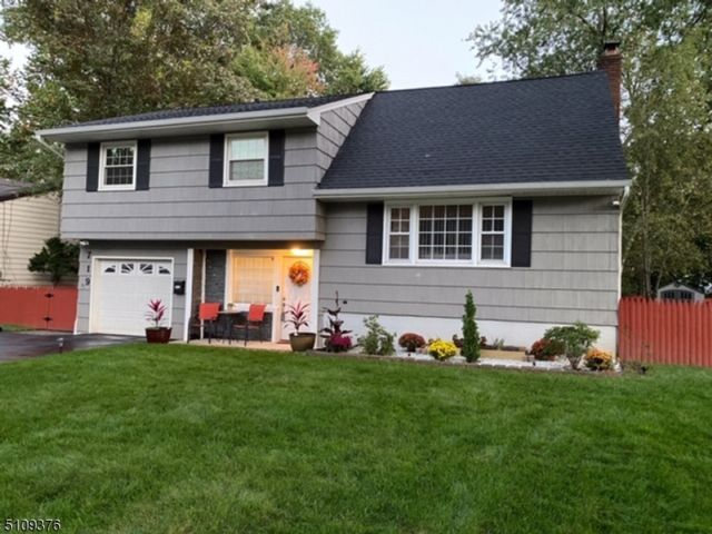 4 BR,  2.00 BTH Split level style home in Plainfield
