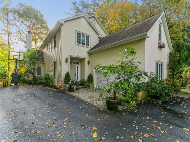4 BR,  2.50 BTH Colonial style home in Pleasantville