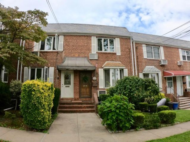 2 BR,  1.00 BTH Colonial style home in Beechhurst