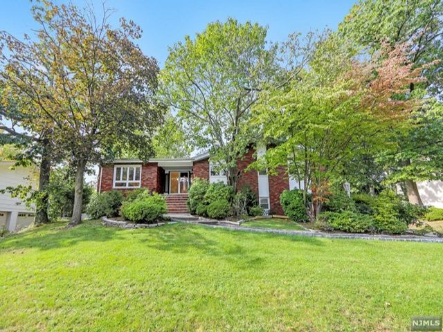4 BR,  3.00 BTH Bi-level style home in Englewood Cliffs