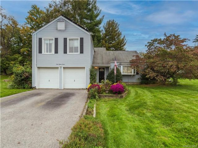 4 BR,  3.00 BTH Contemporary style home in New Windsor