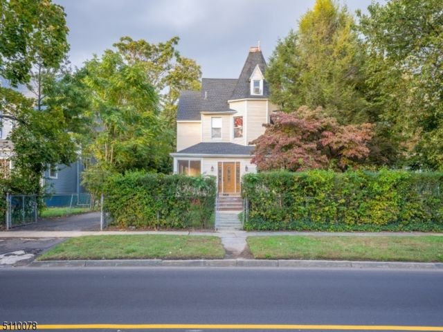 6 BR,  3.50 BTH Colonial style home in East Orange
