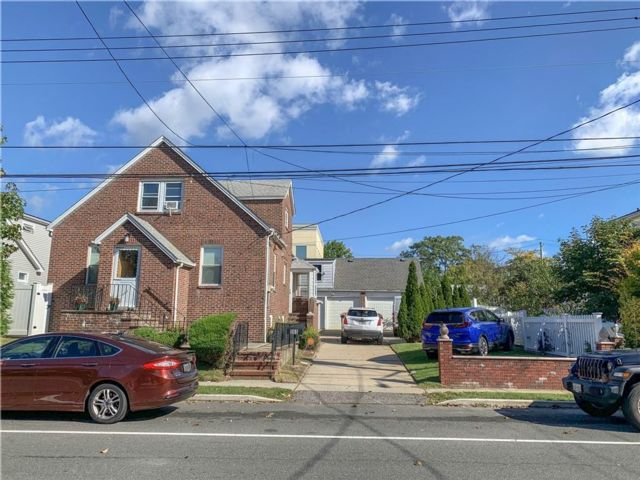 4 BR,  0.00 BTH Multi-family style home in Dongan Hills-above Hylan