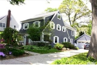 4 BR,  3.50 BTH Single family style home in Huntington