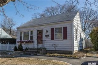 6 BR,  2.50 BTH  Colonial style home in Greenlawn