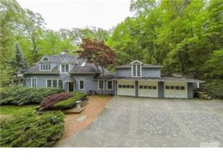 4 BR,  2.50 BTH Colonial style home in Huntington Station