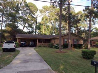 4 BR,  2.50 BTH Single family style home in Newberry