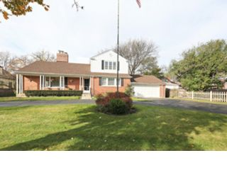 4 BR,  2.50 BTH Colonial style home in Libertyville