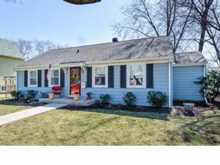 5 BR,  2.50 BTH Colonial style home in Glenview