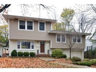 4 BR,  3.50 BTH  Split level style home in Glenview
