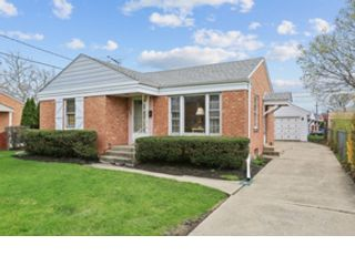 2 BR,  3.50 BTH  Contemporary style home in Mundelein
