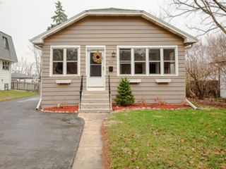 5 BR,  4.50 BTH Colonial style home in Glenview