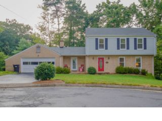 4 BR,  2.50 BTH Colonial style home in Roanoke