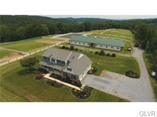 4 BR,  2.50 BTH  Land style home in Walnutport