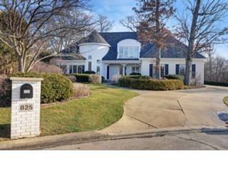 4 BR,  6.50 BTH  Raised ranch style home in Oak Brook