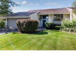 4 BR,  3.50 BTH Single family style home in Oak Brook