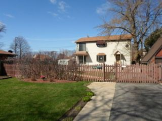2 BR,  2.50 BTH Single family style home in Oak Brook