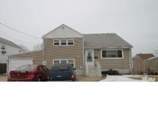 3 BR,  2.00 BTH Single family style home in Plainview