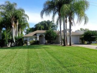 3 BR,  2.50 BTH Single family style home in Tavares